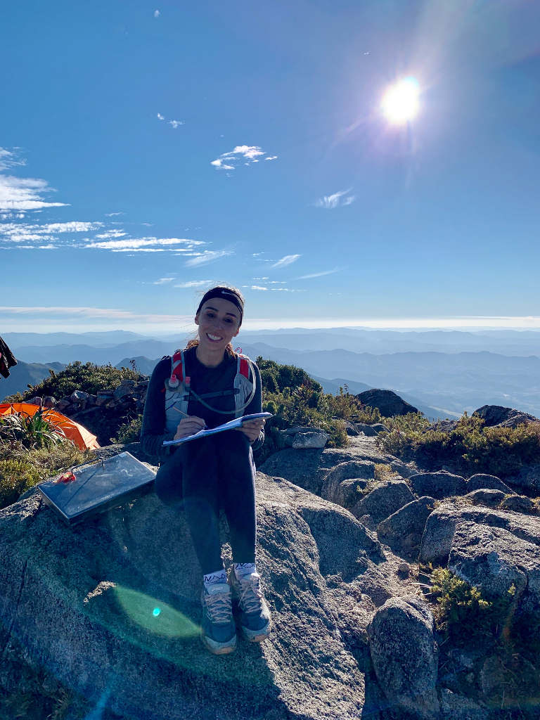 Carol assinando o livro do cume da Pedra da Mina