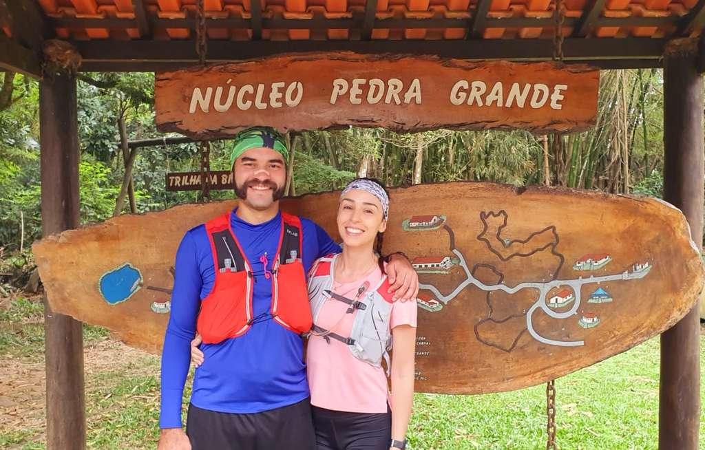 mapa na entrada mostrando as trilhas do Parque Estadual da Cantareira.