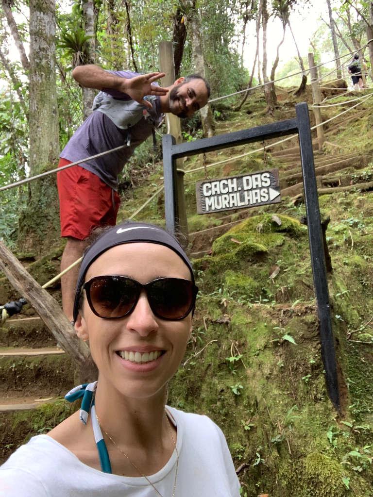 Todas as cachoeiras tem placas de sinalização no vale Alcantilado