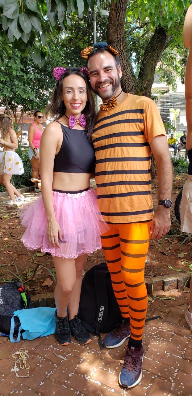 Carol e Andrey mostrando suas fantasias no Carnaval