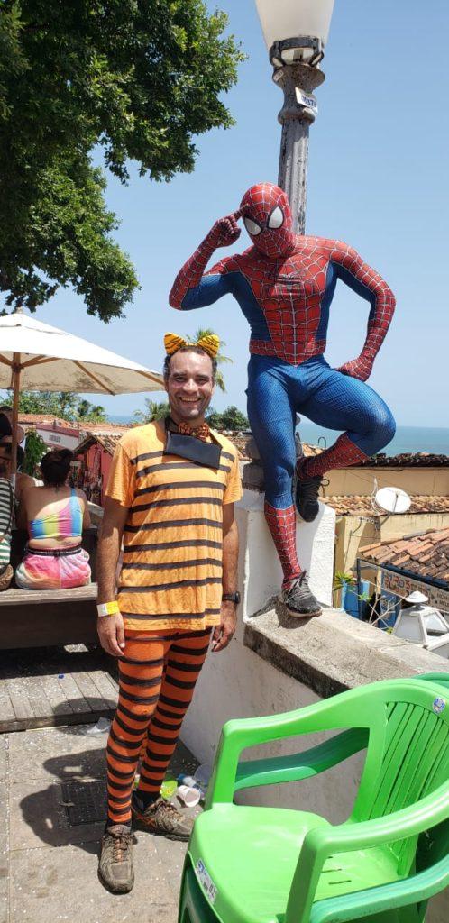 Andrey de tigre tirando foto com o homem-aranha super herói no Carnaval