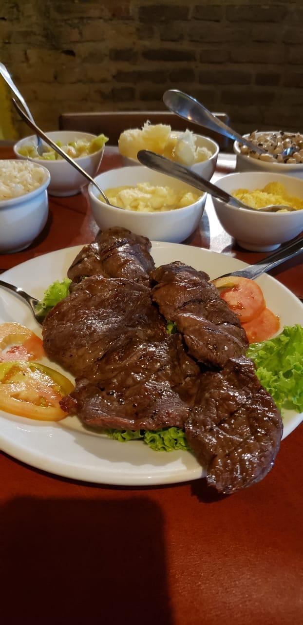 Carne de bode e cumbucas do Olinda Art e Grill