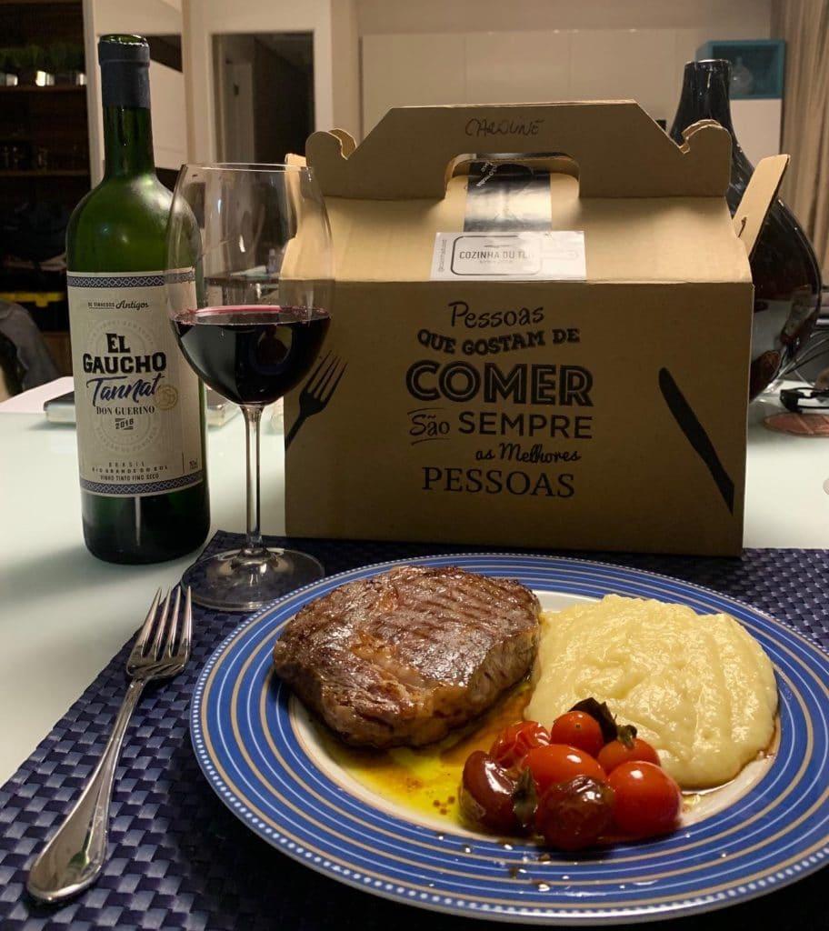 Dia dos namorados - prato principal: Bife ancho de angus (270 gr.) com purê de batata, tomate confitados e molho chimichurri.