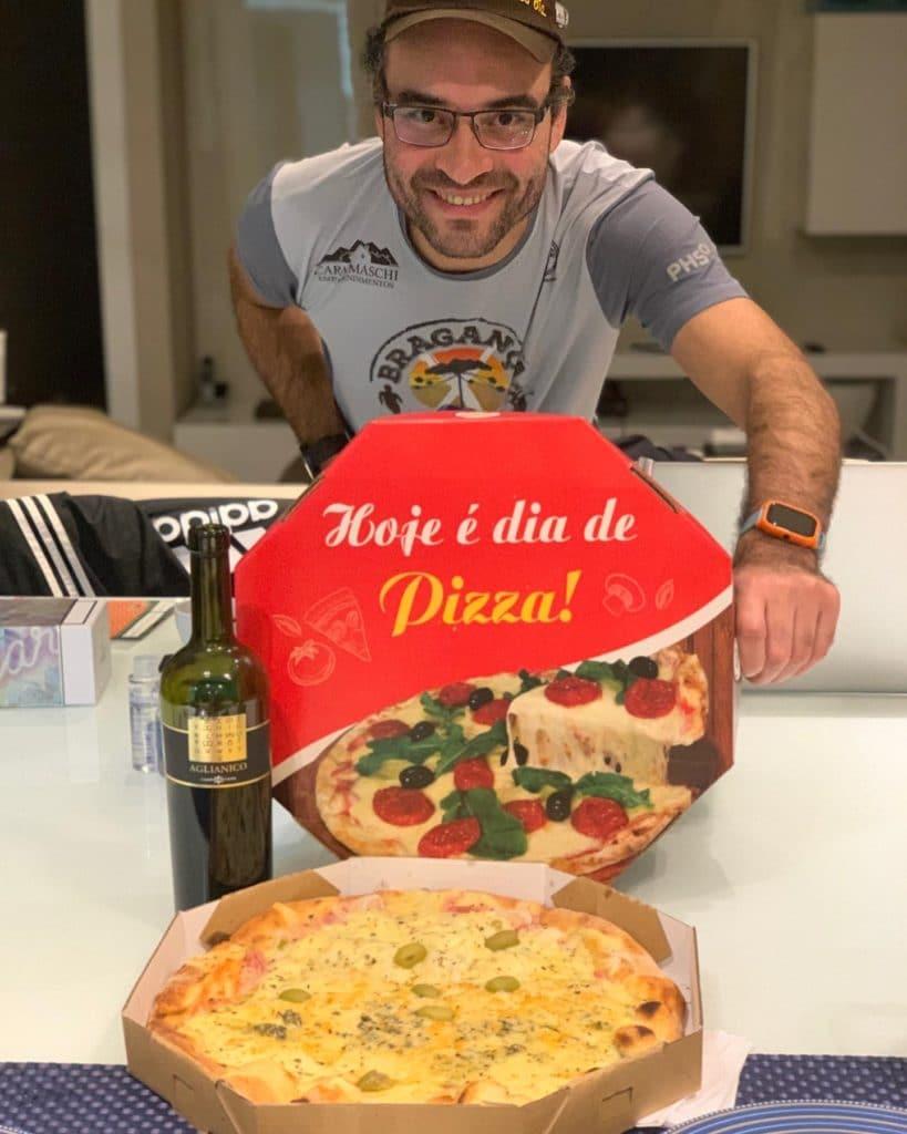 Andrey mostrando a pizza Braga dica de onde pedir pizza na zona norte