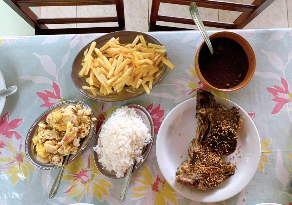 prato principal restaurante chuleta e acompanhamentos