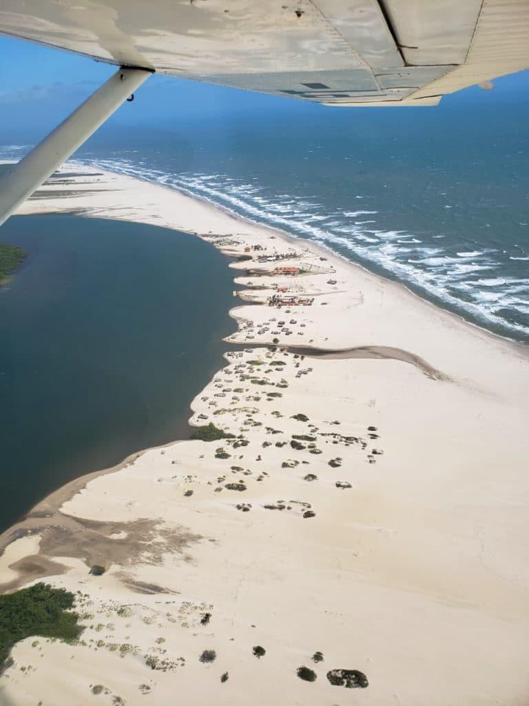 Vista aérea do rio encontrando com o mar.