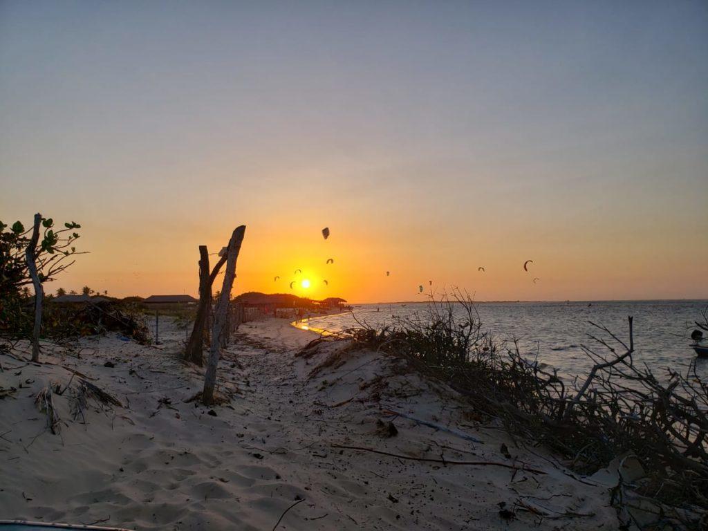 Por do sol na praia de Atins e kites no fundo