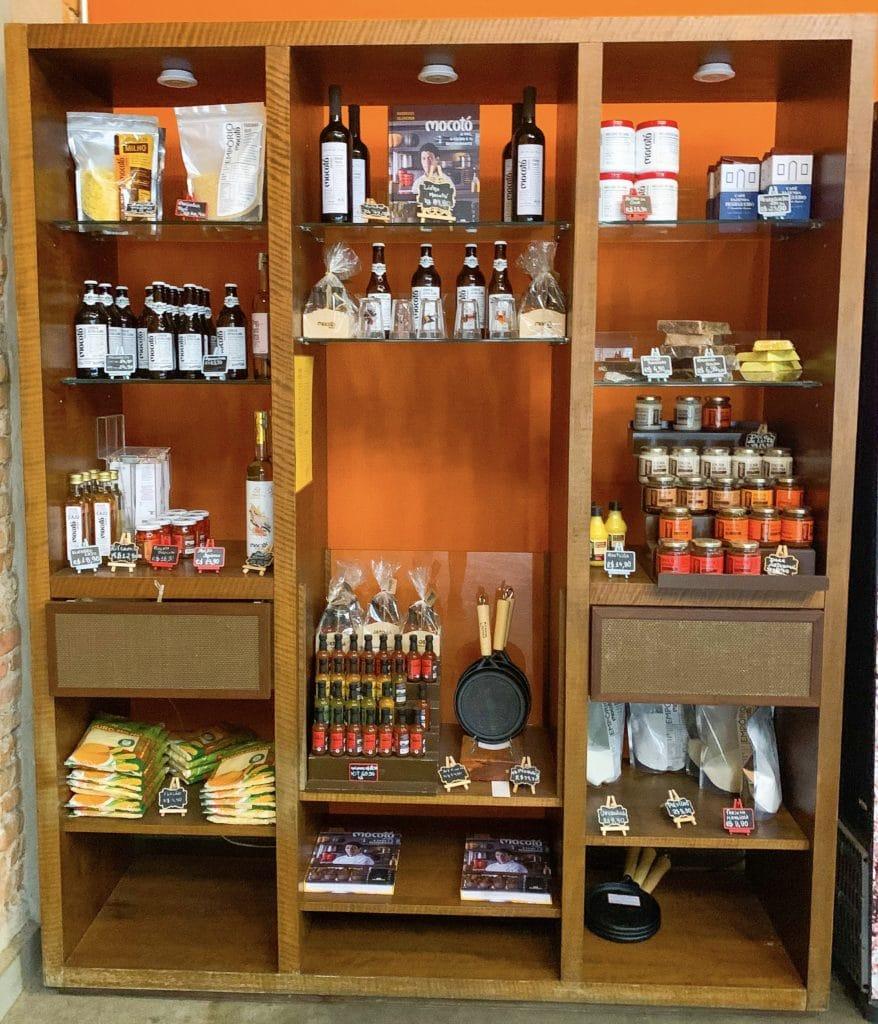 Stand de vendas de produtos variados da casa Mocotó