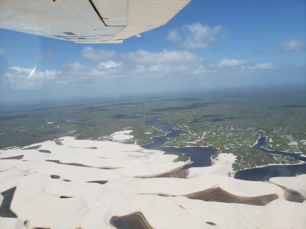Vista aérea sobrevoando os Lençóis seguindo o Rio Preguiça por Barreirinhas