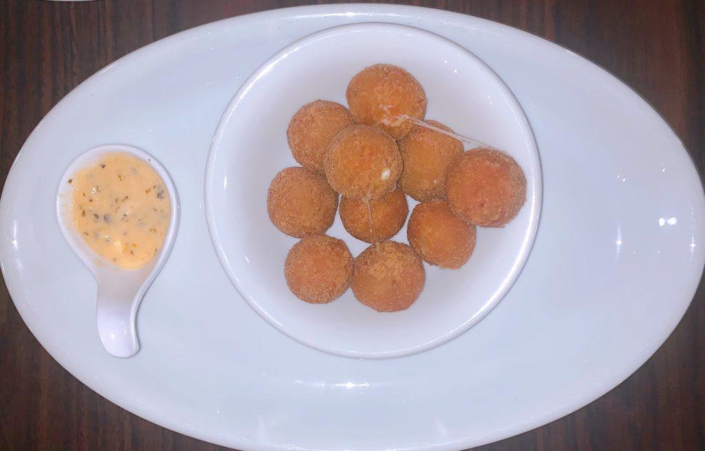 Bolinho de Pirarucu com molho apimentado dica de onde comer em Palmas
