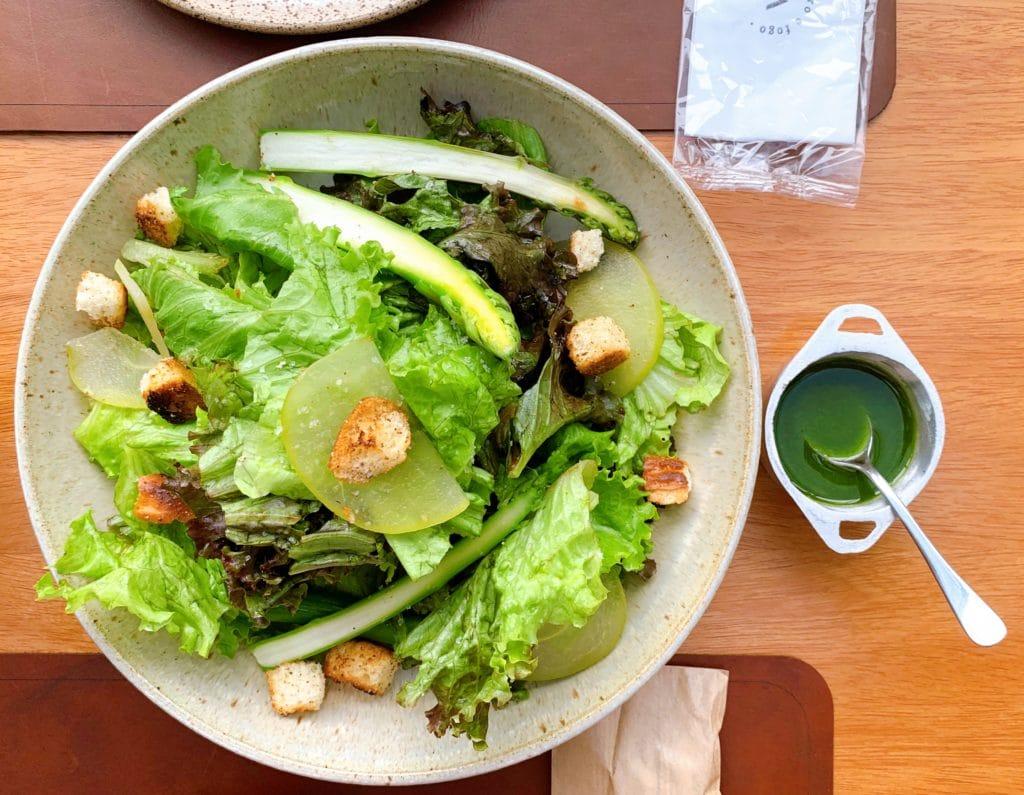 Salada no Brazza Ferro e Fogo e molho para tempero.