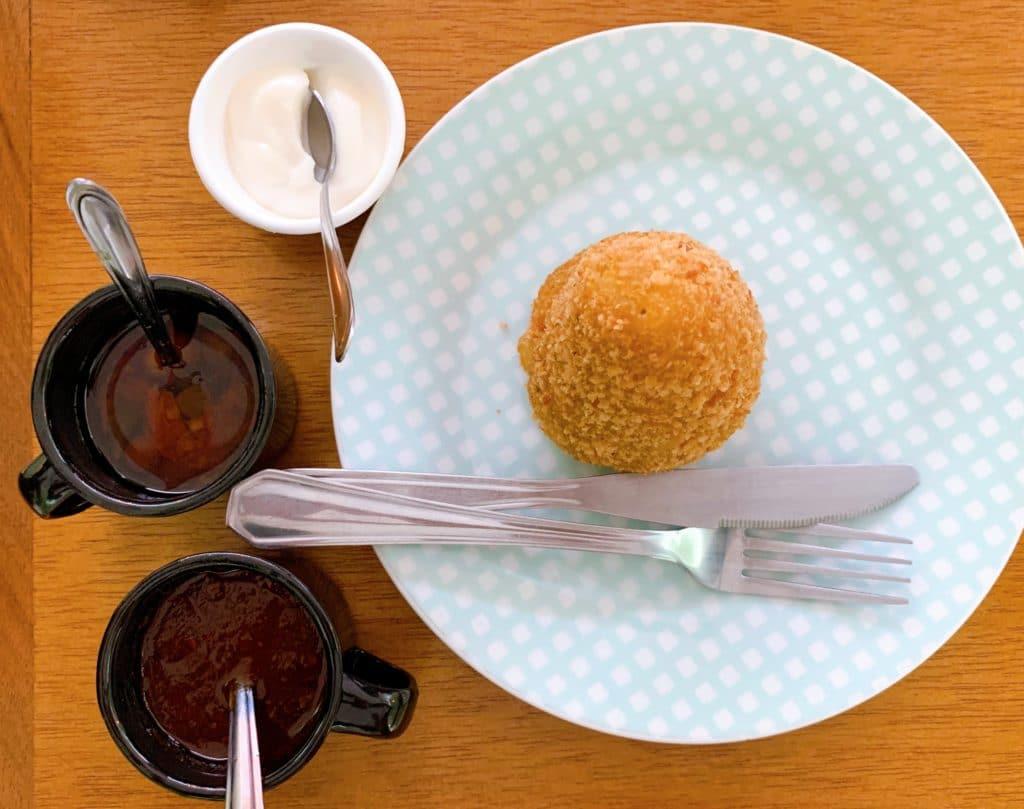 Coxinha de carne de sol com catupiry uma delicia dica de onde comer em Palmas