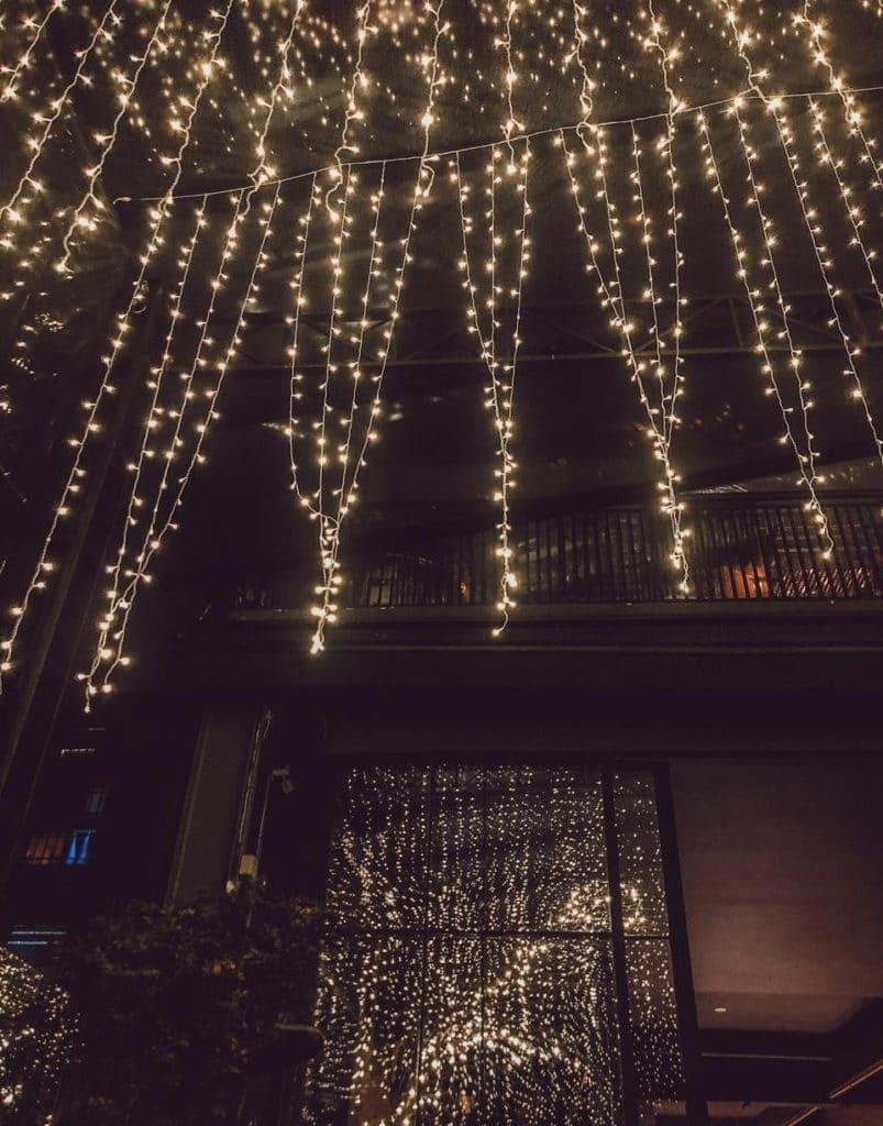 Lusinhas no teto dando um charme no restaurante