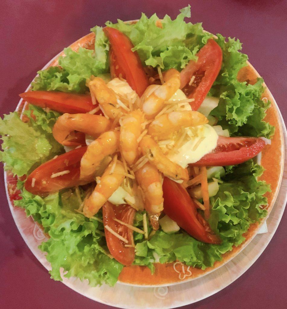 Prato principal de salada com camarão