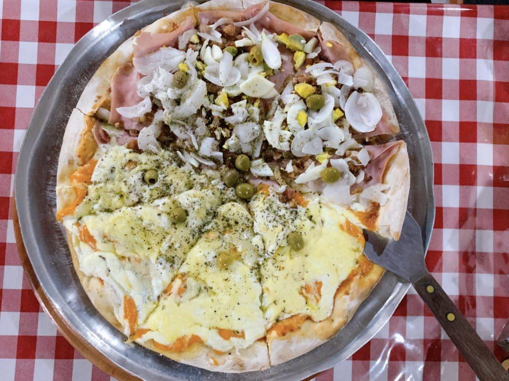 Pizza de seis queijos e portuguesa