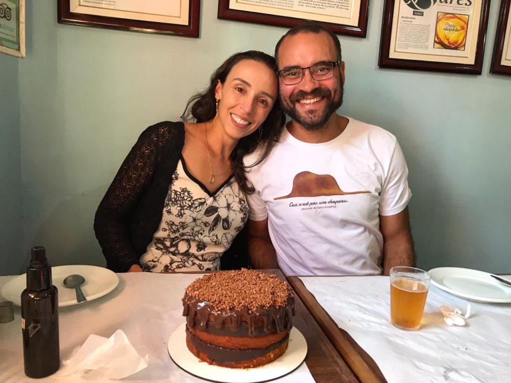a bela e o bigode no bar do biu comendo o bolo do Cakess sweet Sugar