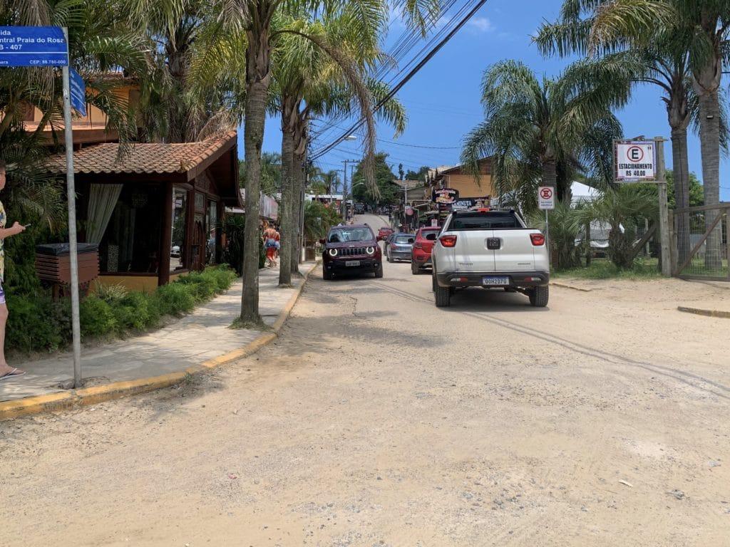 Centro da Praia do Rosa uma rampa com as lojas e restaurantes locais