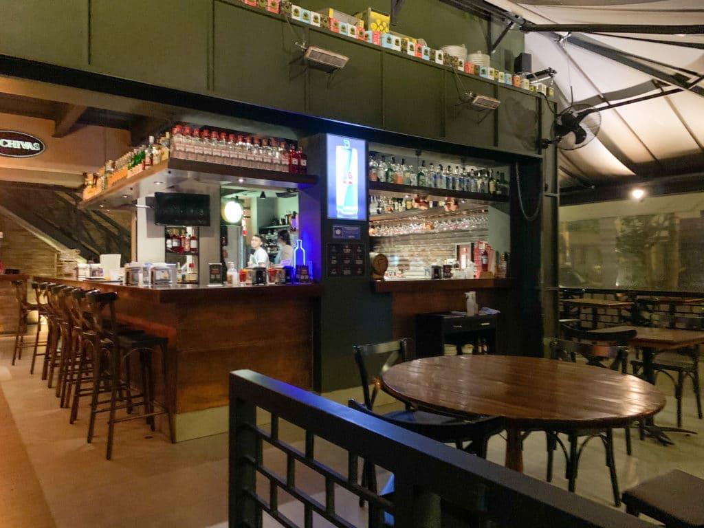 Bar no centro do salão do Fortunato Bar e Gastronomia