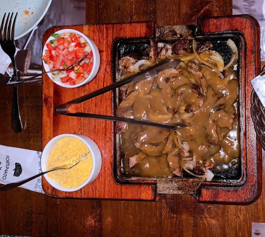 Fortunato bar filet mingnon acebolado com acompanhamentos