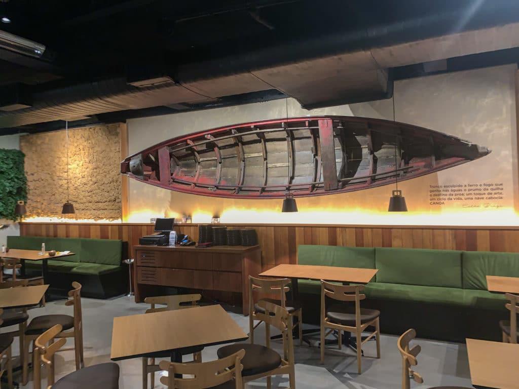 Salão do Restaurante Banzeiro com o barco na parede de decoração