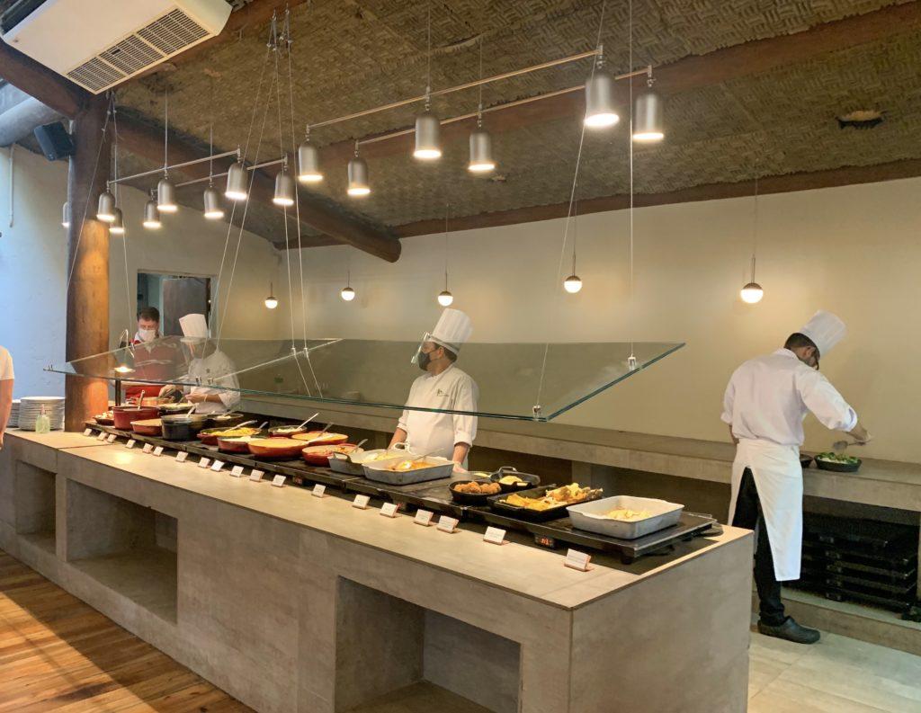 Buffet de pratos quentes na praça São Lourenço