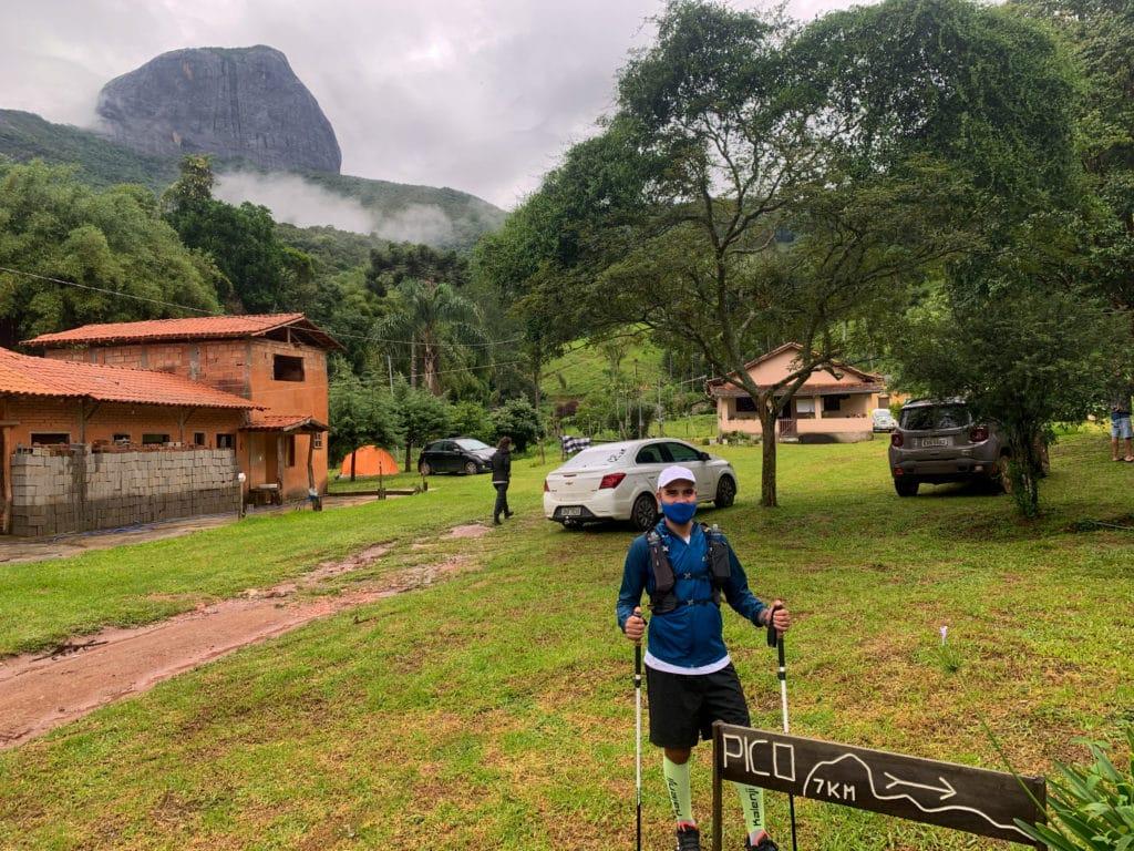 inicio da trilha do pico do papagaio pelo camping