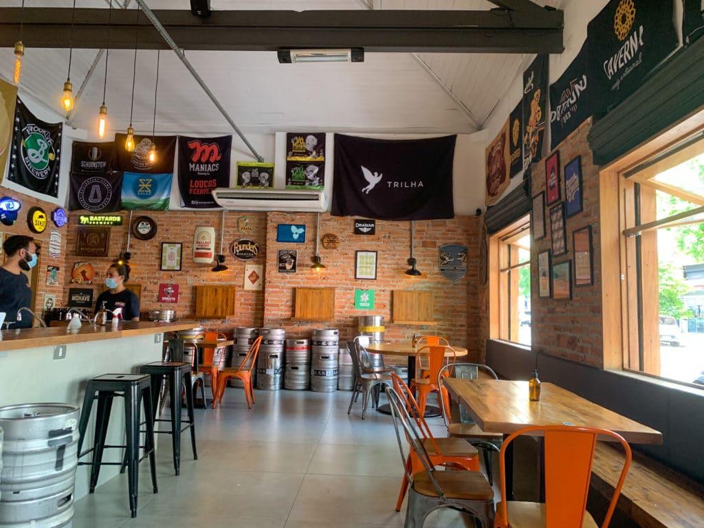Mostrando o salão da âmbar cervejas artesanal