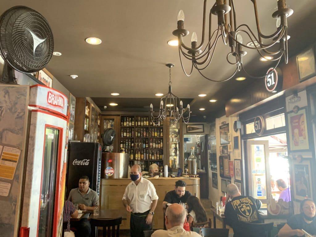 salão interno com um bar imponente