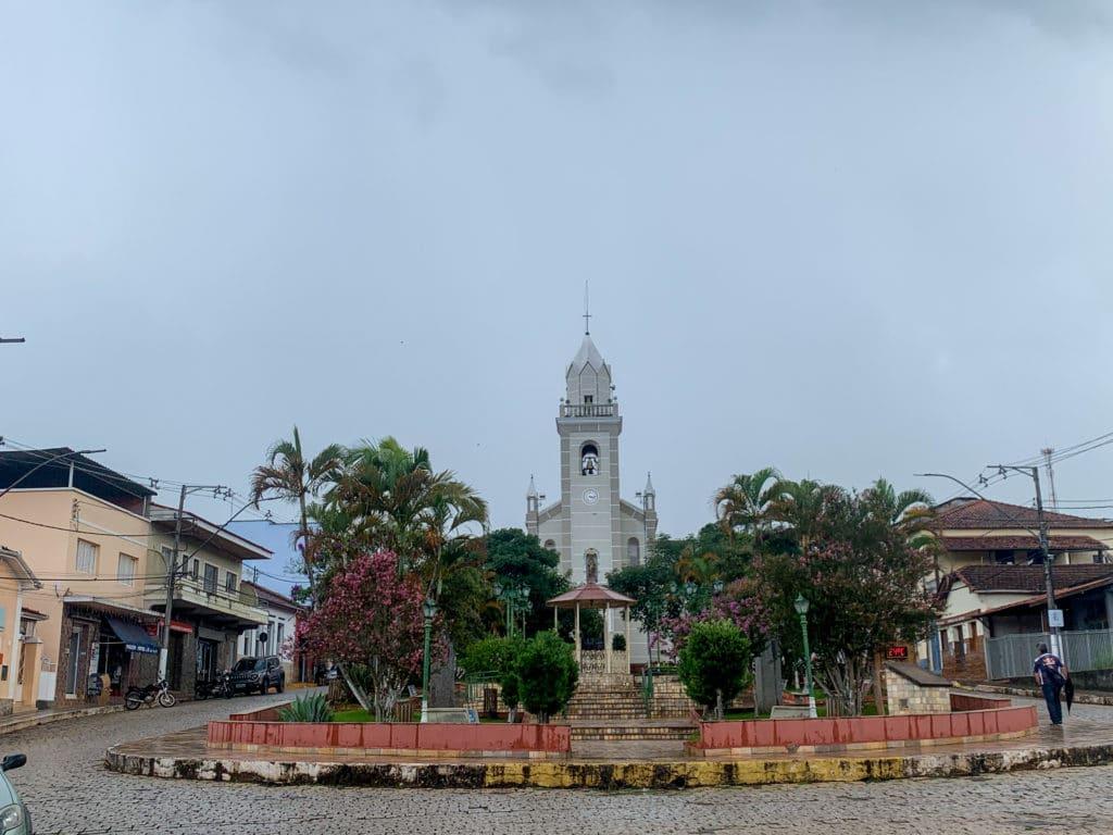 Centro de Aiuruoca mostrando a praça central e suas vendinhas