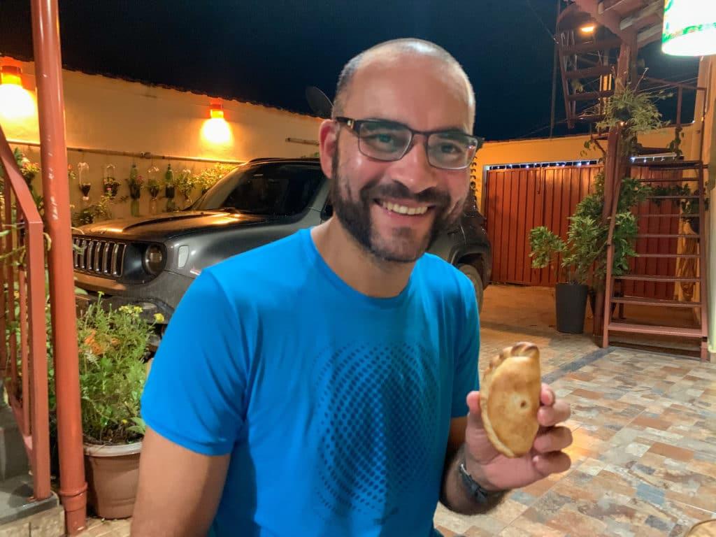 Andrey mostrando as empanadas do Vale