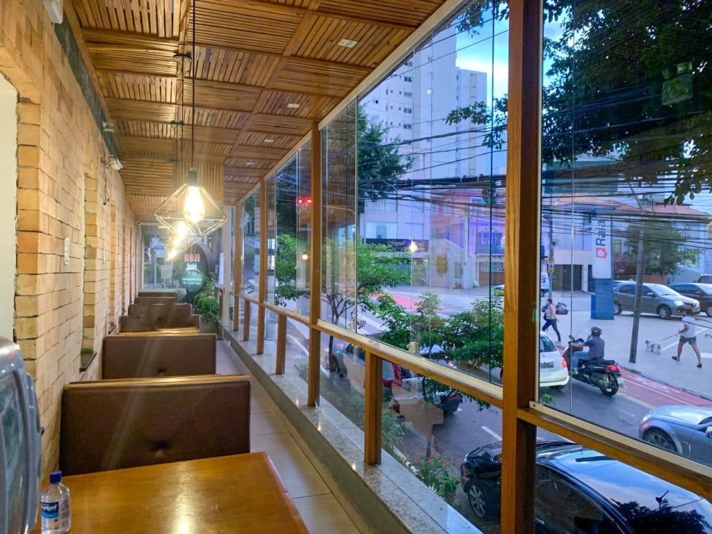 salão externo do restaurante com paredes de vidro