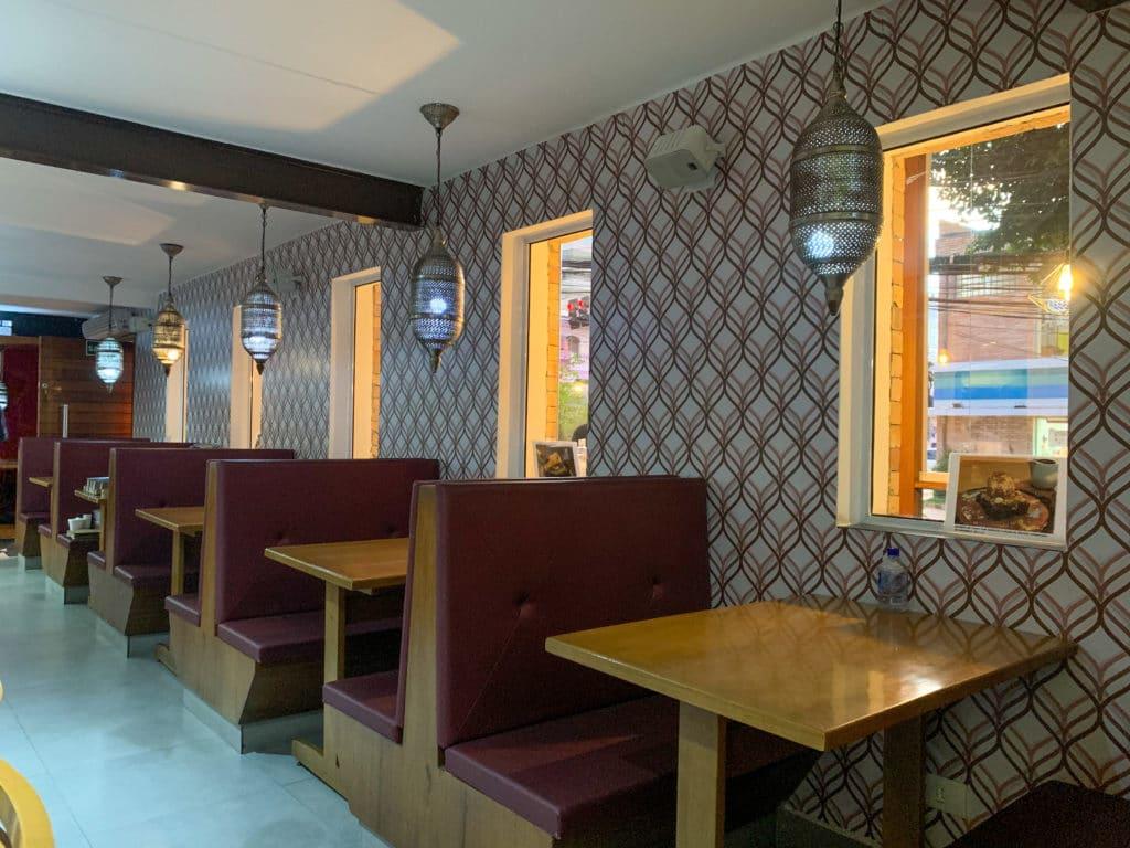salão interno do restaurante com lindas luminárias