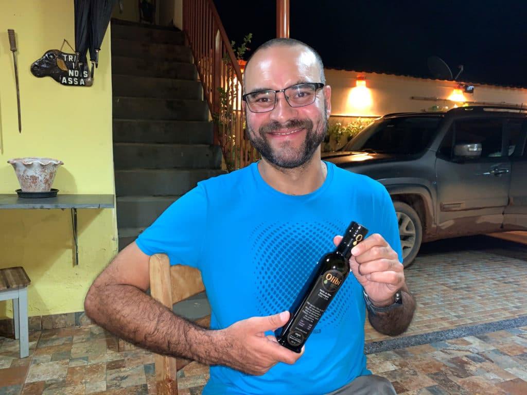 Andrey mostrando o Olibi azeite