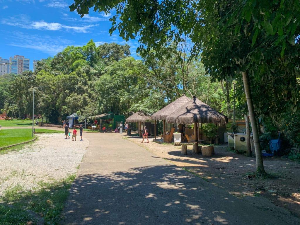 Quiosques com venda de água de coco, refrigerantes e doces