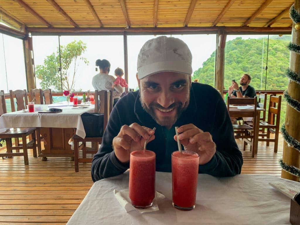 Andrey provando os sucos do Restaurante Casal Garcia