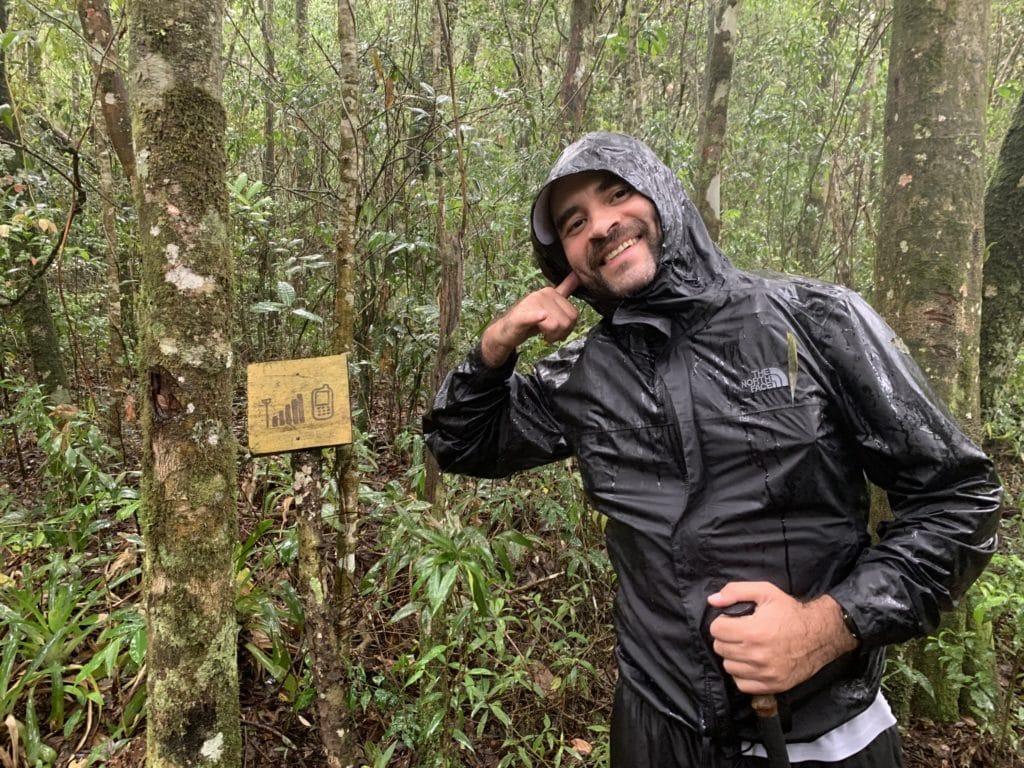 Andrey mostrando a placa mostrando a região que pega internet.