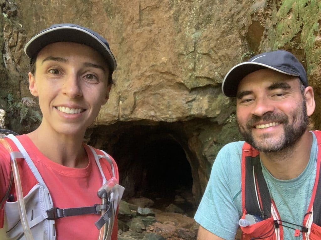 Entrada do túnel esculpida na pedra