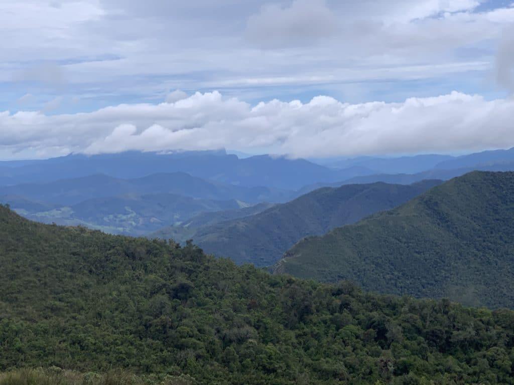 Vista da trilha dos 5 lagos pegando o pico da serra do papagaio