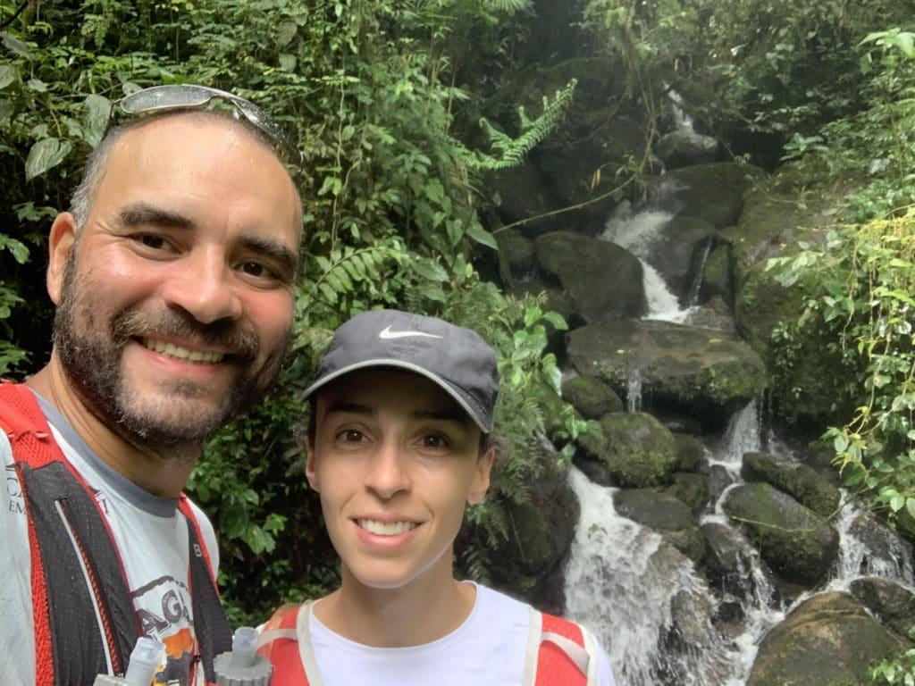 cachoeira no meio da trilha no Parque Nacional de Itatiaia parte baixa