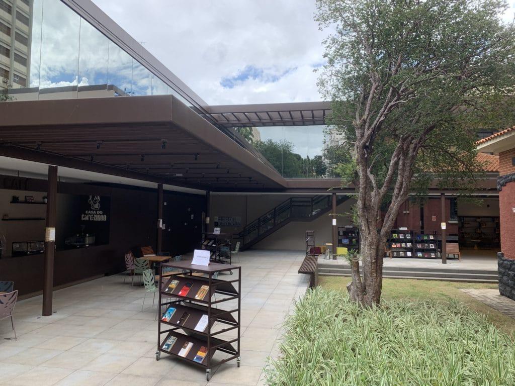 Parte aberta da biblioteca com livros