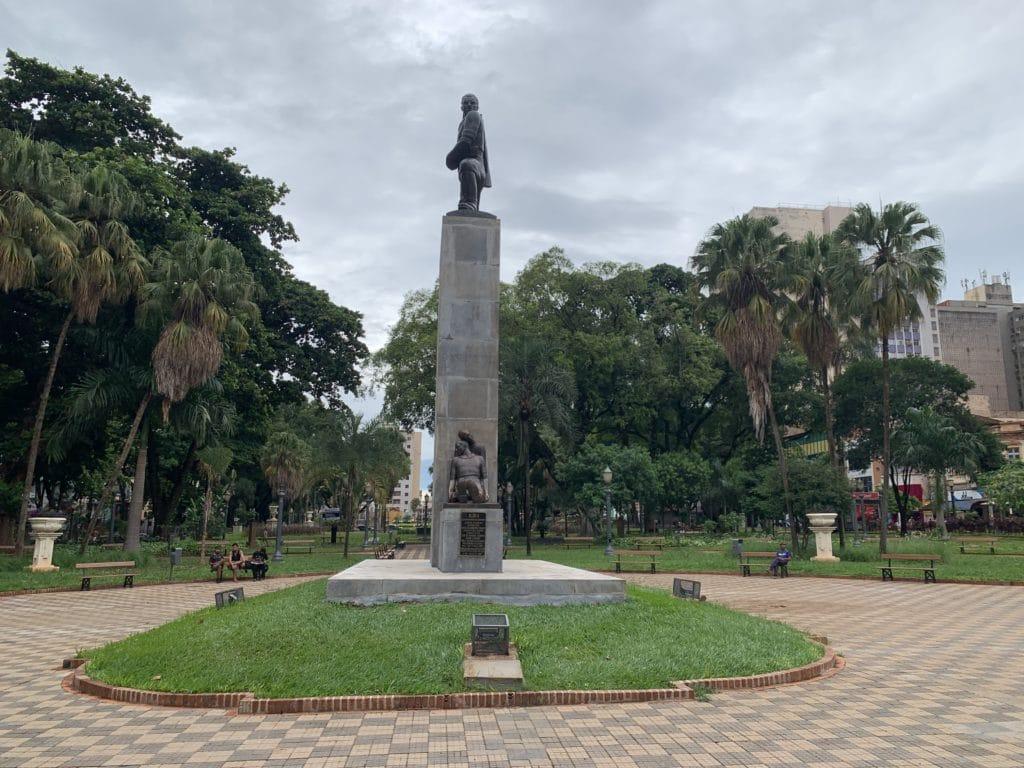Praça XV de novembro com estátua da Gloria em Ribeirão Preto