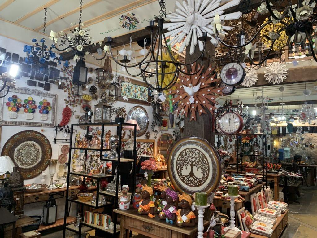 Objetos de decoração na loja a baronesa