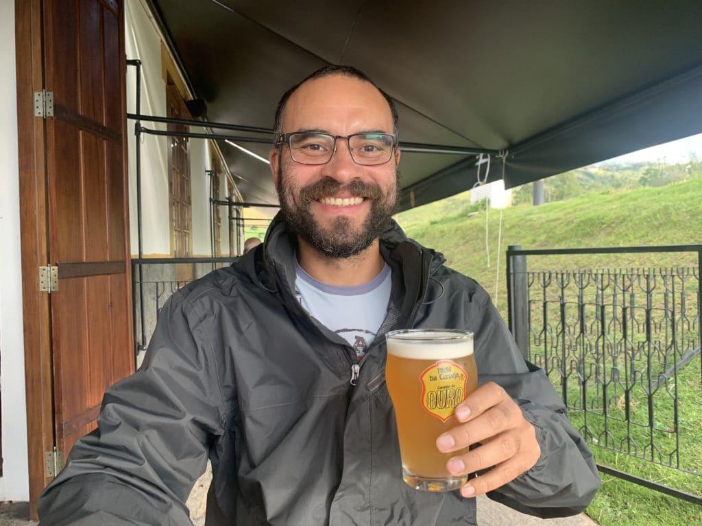Andrey e sua cerveja no Ateliê da cerveja caminho do Ouro entrada em Cunha