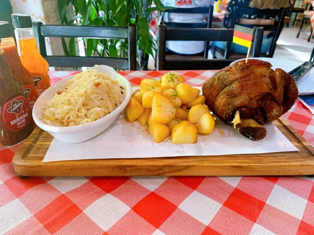 Eisbein Mit Sauerkraut Frito prato principal