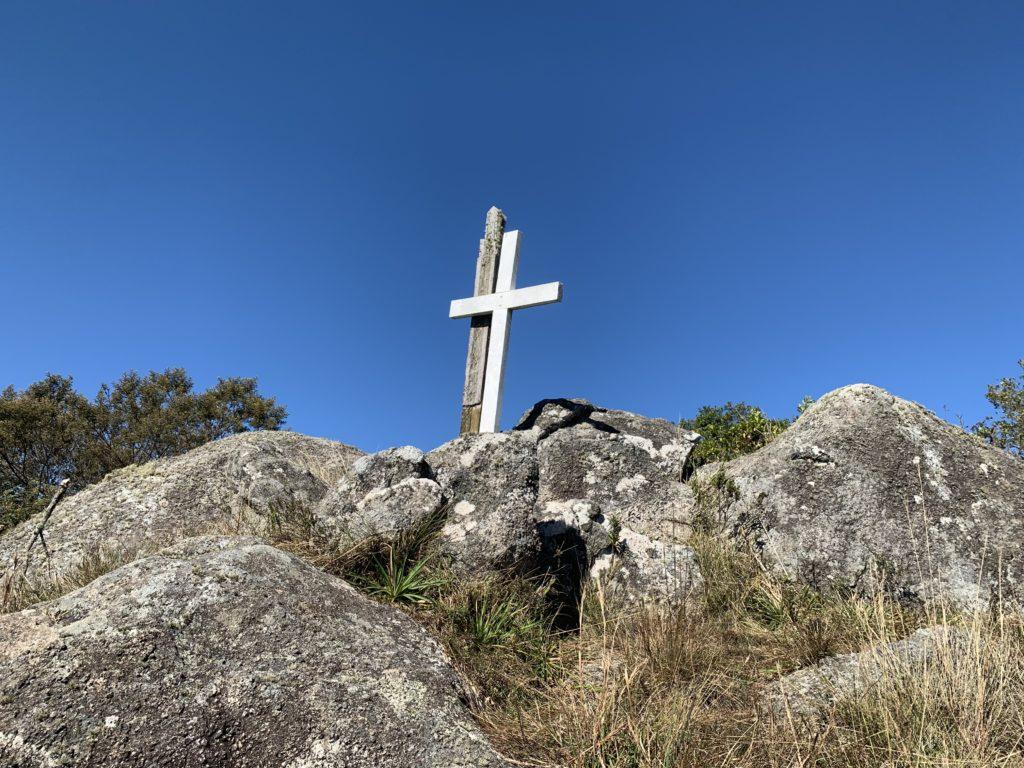 Cruz no morro do tira chapeu indicando a chega até o topo em São José do Barreiro