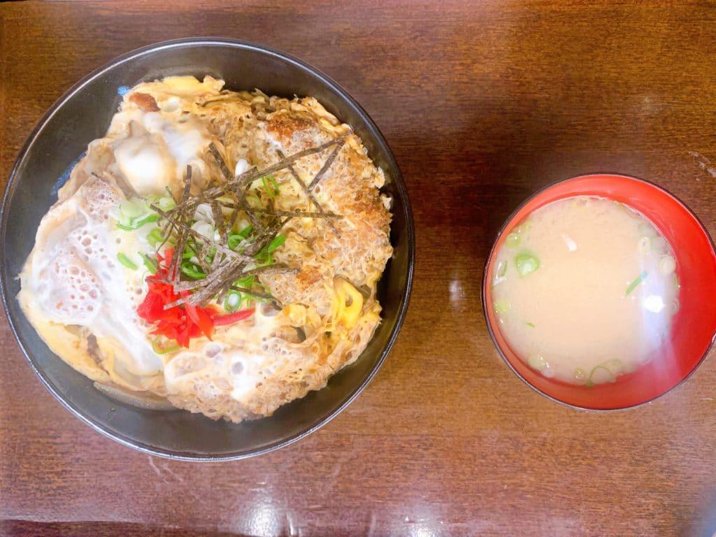 Katsu-Don arroz super bem temperado e a carne uma deliciai
