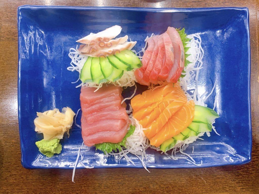 Sashimi misto com grandes fatias deliciosas