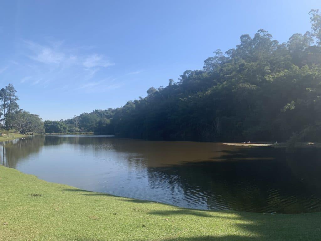 Lago na entrada da fazenda