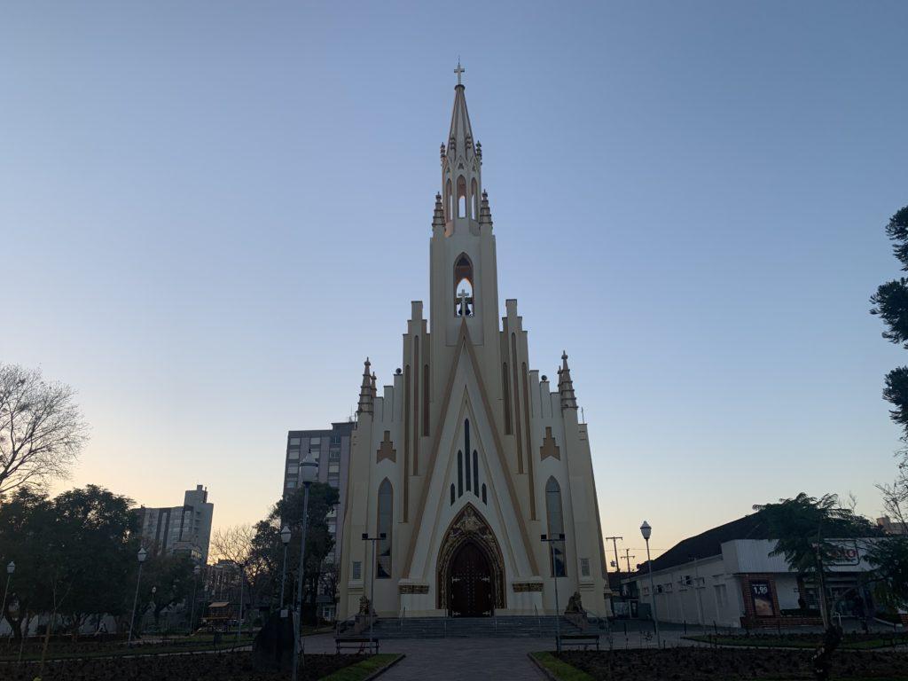 Igreja Cristo Rei com entrada e construção imponente