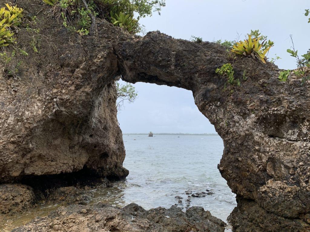 Pedra Furada na Baía de Camumu